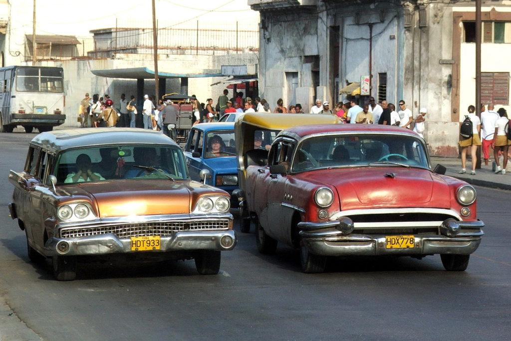 1280px-Classic_cars_in_Havana_4529v