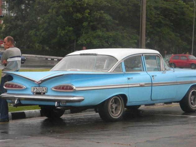 Classic_cars_in_Cuba,_Havana_-_Laslovarga023