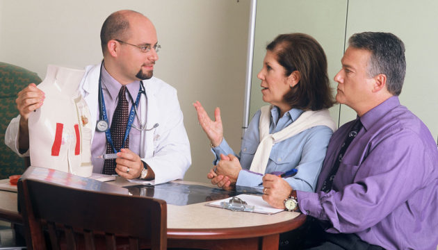 1280px-Doctor_and_couple_talking